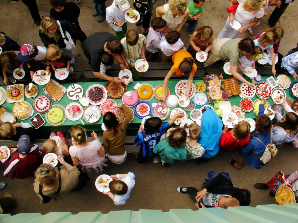 www.plainpicture.com, Cake party, Abundance, Birthday, Bounty, Boy, Cake, Celebration, Child, Class, Eating, Female, Food, Girl, Group, Male, Many, Middle school, Outdoors, Parents, Party, People, Recipe, School, Table, Variation, Maskot RF, x1001